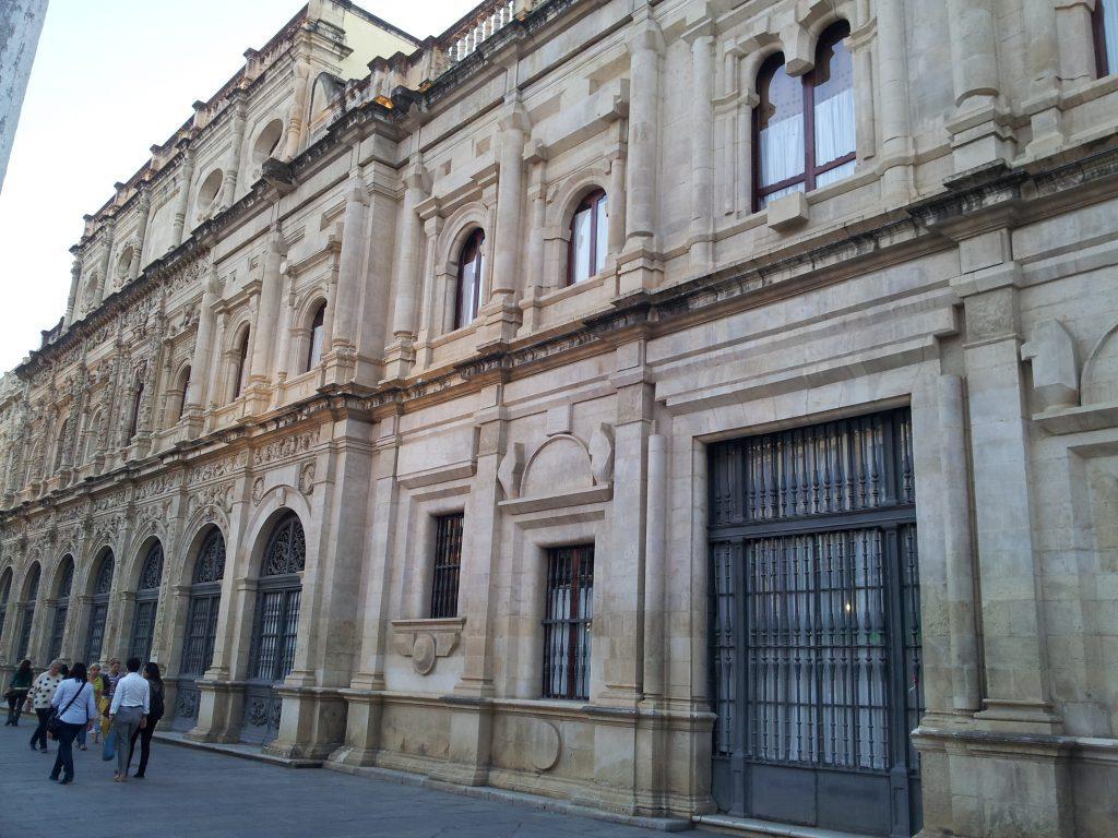 Sevilla: Ayuntamiento moderniza el 010 con WhatsApp, chatbot, un canal de quejas y más puntos presenciales
